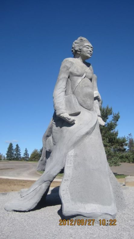 En memoire d elle_grande photo_Gaspe statue
