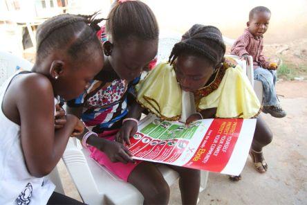 fillettes du Liberia affiche sur eviter propagation d'Ebola