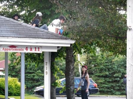 03 Lac-Etchemin Des jeunes sur un toit 26-06-2015